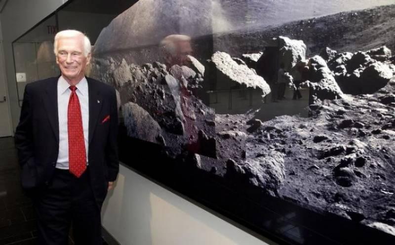 چاند پر قدم رکھنے والے آخری انسان جین سرنن 82 برس کی عمر میں چل بسے