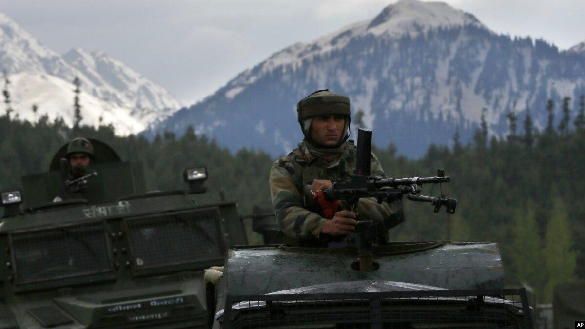 بھارتی کشمیر میں مسلح جھڑپ میں چار سیکیورٹی اہل کار اور پانچ عسکریت پسند ہلاک