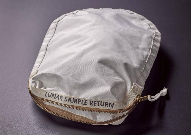 چاند سے پہلی بار گرد و خاک لانے والا بیگ 18 لاکھ ڈالر میں نیلام