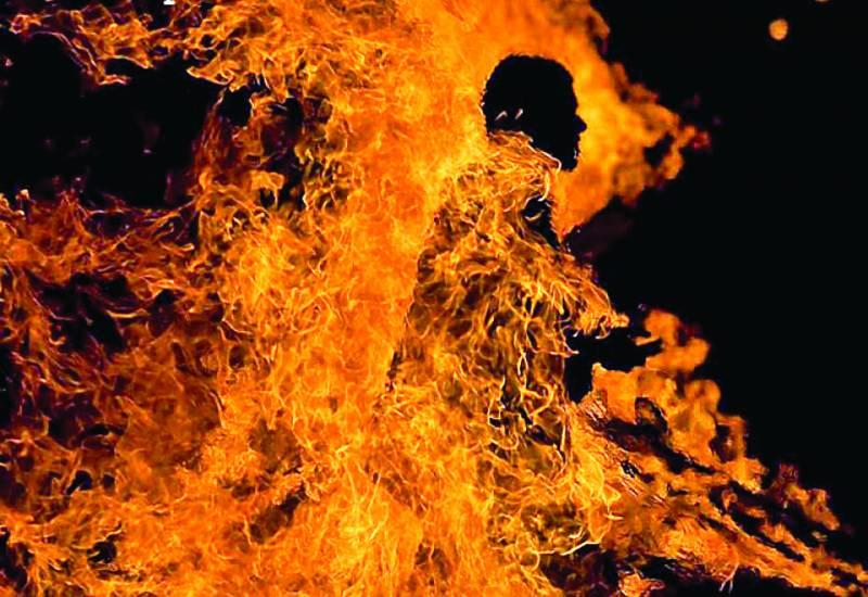 اور پھر ماں نے بیٹے کو آگ لگادی