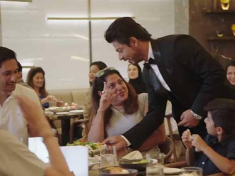 مداحوں کیلئے شاہ رخ کا انوکھا انداز ،ویٹر بن گئے