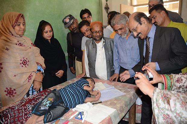 کراچی: نویں کلاس کا امتحان دینے والے معذور بچے کے لیے انعام