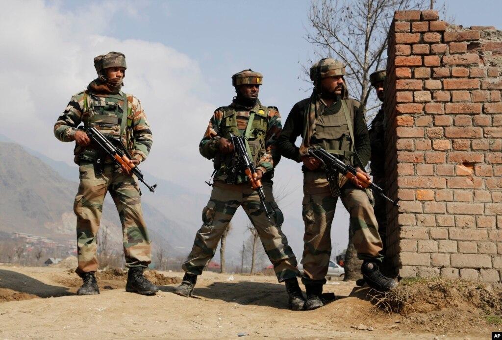بھارتی کشمیر: جھڑپ میں دو فوجی اور دو باغی ہلاک