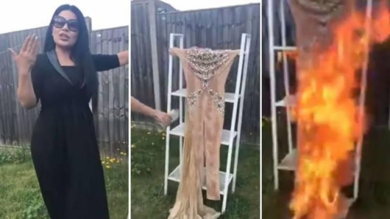 گلوکارہ اریانا سعید نے اعتراضات کے بعد اپنے لباس کو جلا ڈالا