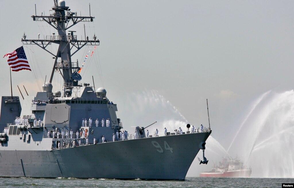 ایرانی کشتیوں کی امریکی بحری جہاز کے قریب ںقل و حرکت
