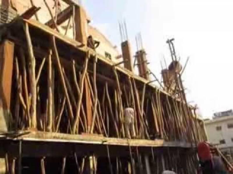 بھارتی شہر حیدر آباد دکن میں زیر تعمیر 7منزلہ عمارت گر گئی ہے