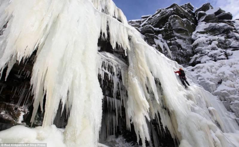 شدید سردی سے ترکی میں آبشار بھی جم گئی