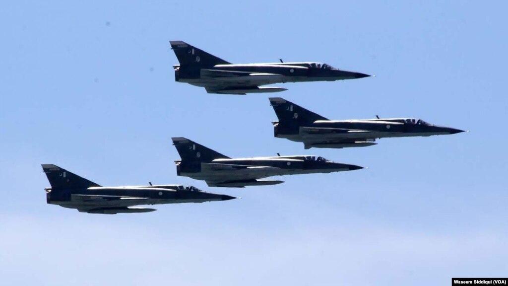 کراچی کے افق پر پہلی مرتبہ جنگی طیاروں کا فلائی پاسٹ