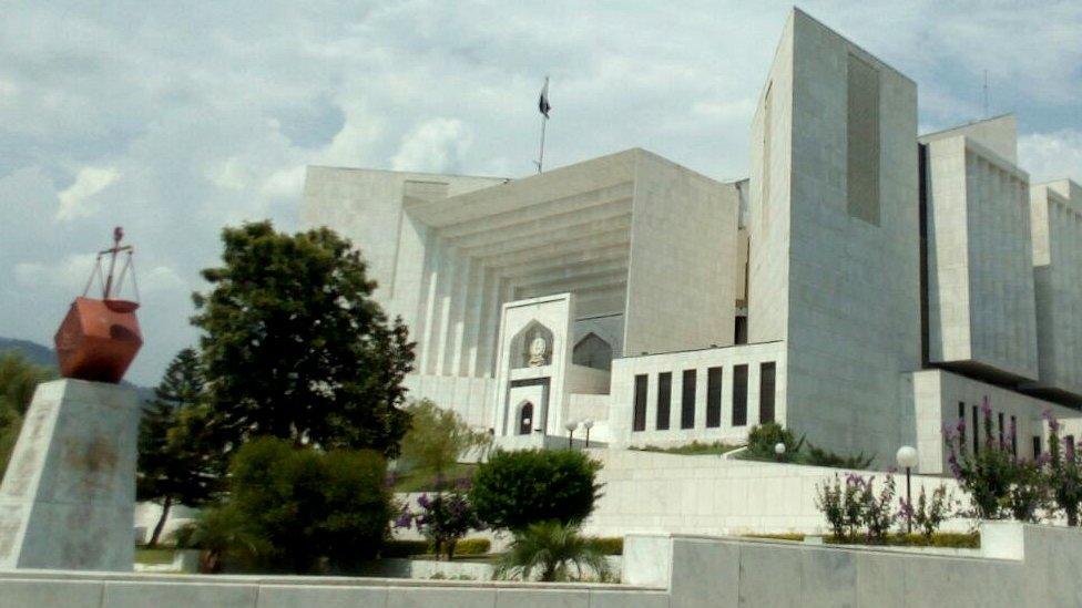 پاناما لیکس: 'فیصلہ سناتے وقت وزیر اعظم کی نااہلی کے معاملے کو بھی ضرور دیکھیں گے'